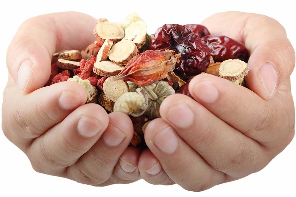 Handen met kruiden - Opleiding Chinese Kruidengeneeskunde - Shenzhou Open University of Traditional Chinese Medicine